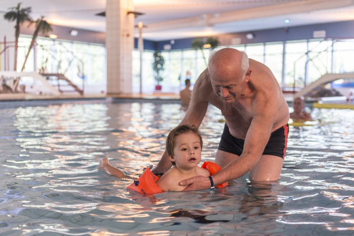 Instructiebad Ataro Lentebad, opa met kleinkind zwemmen