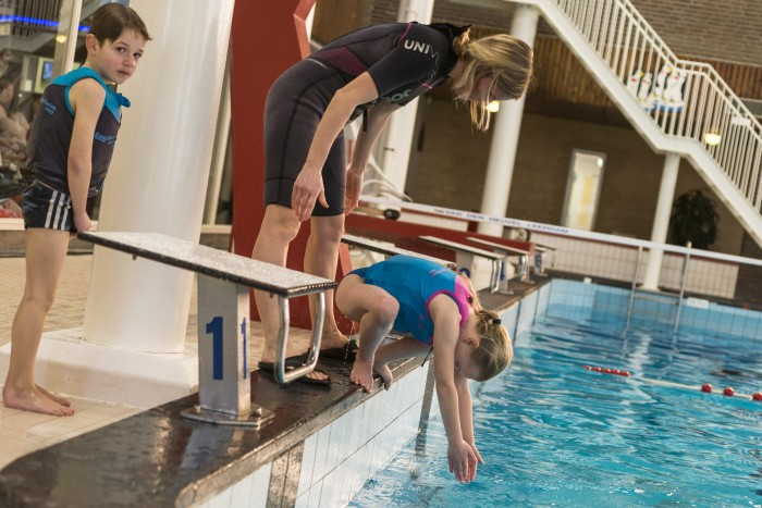Instructrice Maria met kinderen tijdens zwemles in het Lentebad, tarieven en tijden