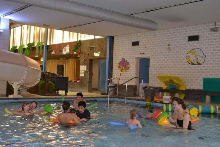 Ouder en kind zwemmen in het Ataro Lentebad in Zevenaar