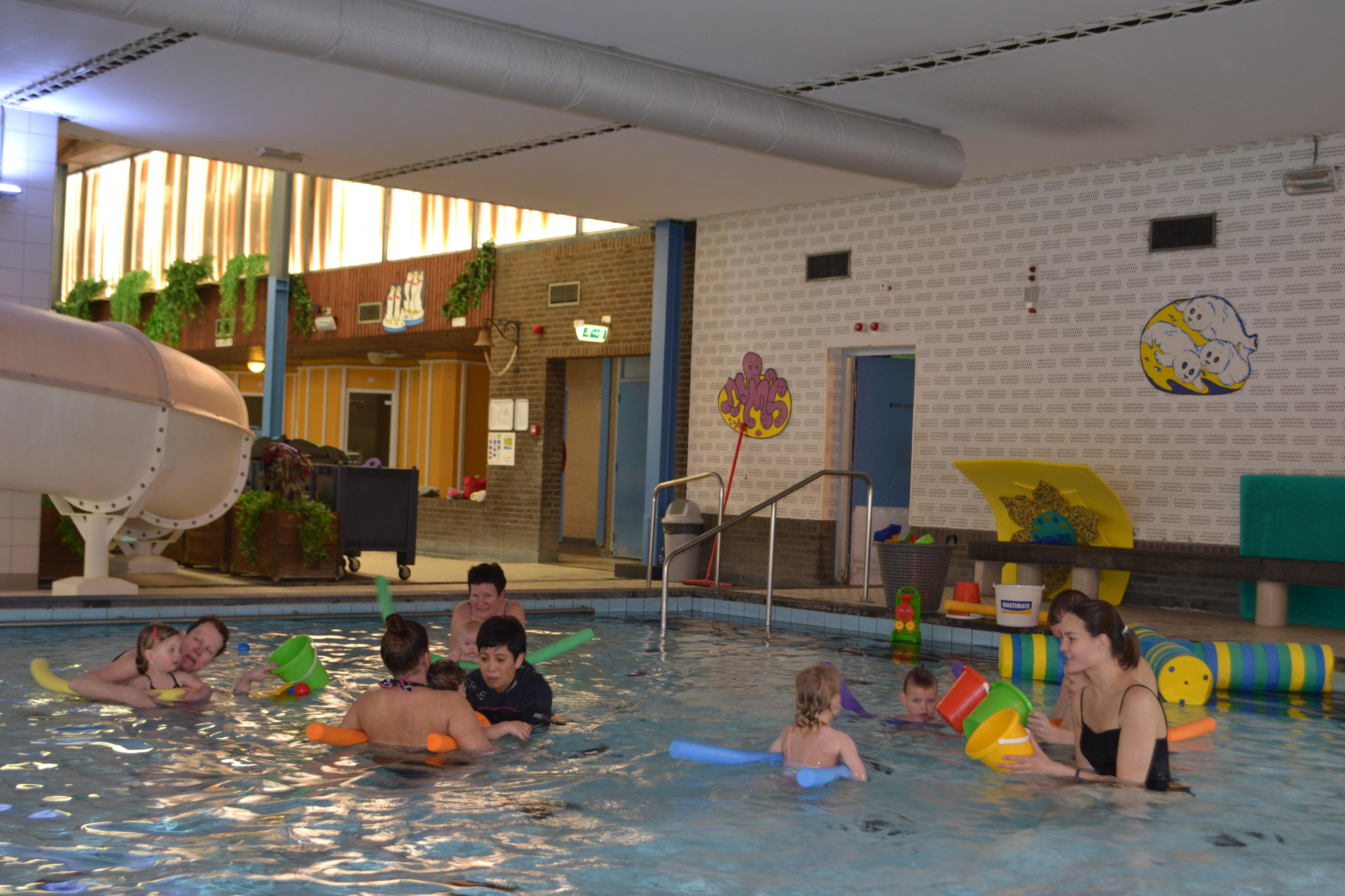 Ouder en kind zwemmen Ataro Lentebad