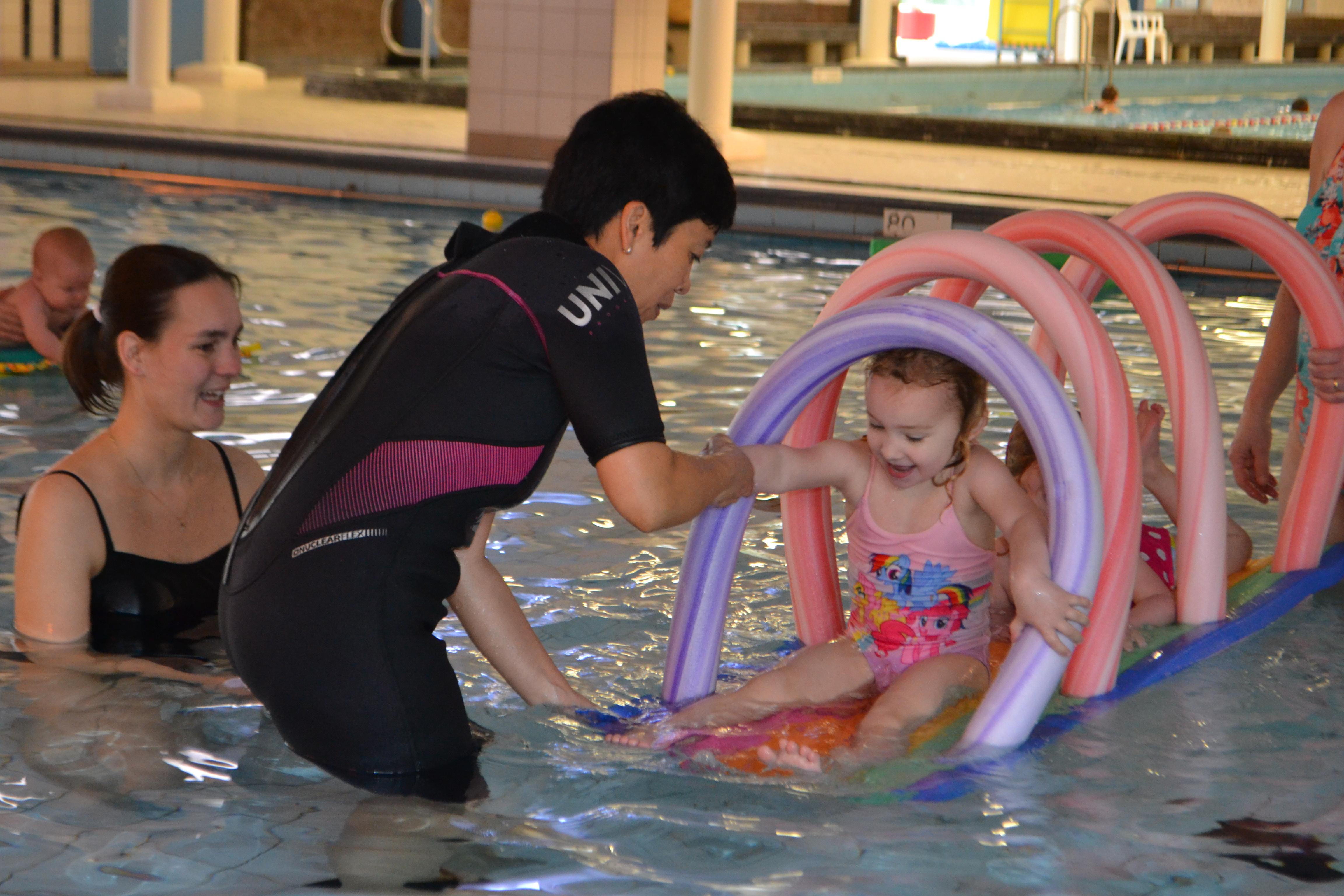 Ouder en kind zwemmen Ataro Lentebad Zevenaar